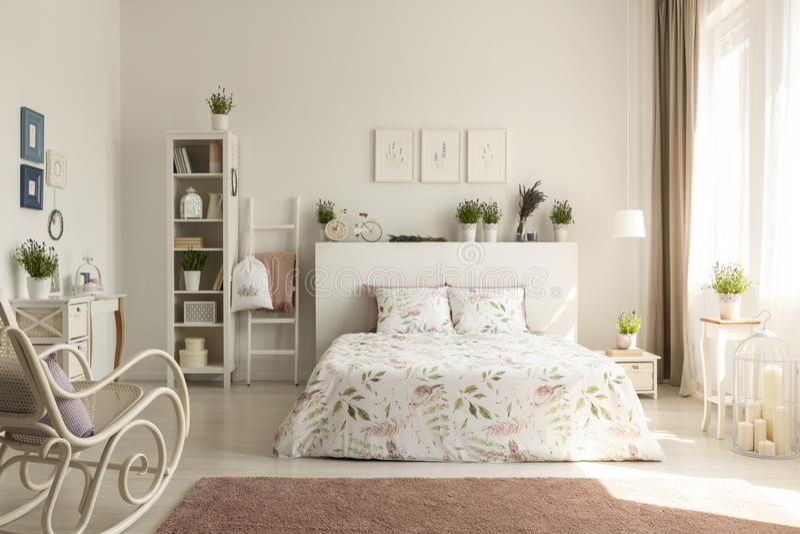 provencal卧室内部, fl的真正的照片与一个双人床的 库存图片