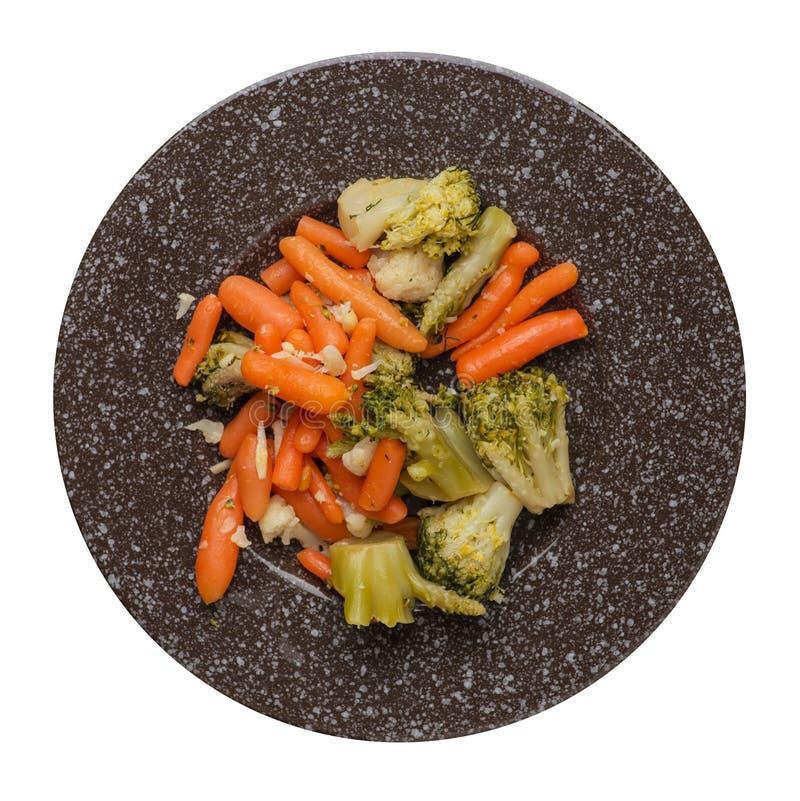 Provencal grönsaker på en platta grillade grönsaker på en platta som isoleras på vit bakgrund broccoli och morötter på en plattaö fotografering för bildbyråer