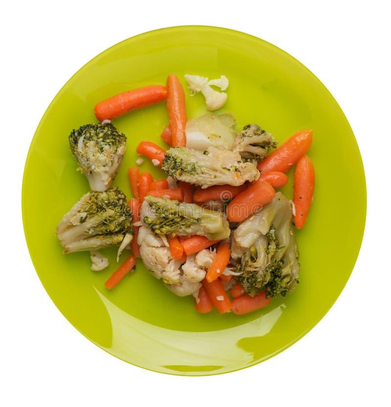 Provencal grönsaker på en platta grillade grönsaker på en platta som isoleras på vit bakgrund broccoli och morötter på en plattaö royaltyfri fotografi