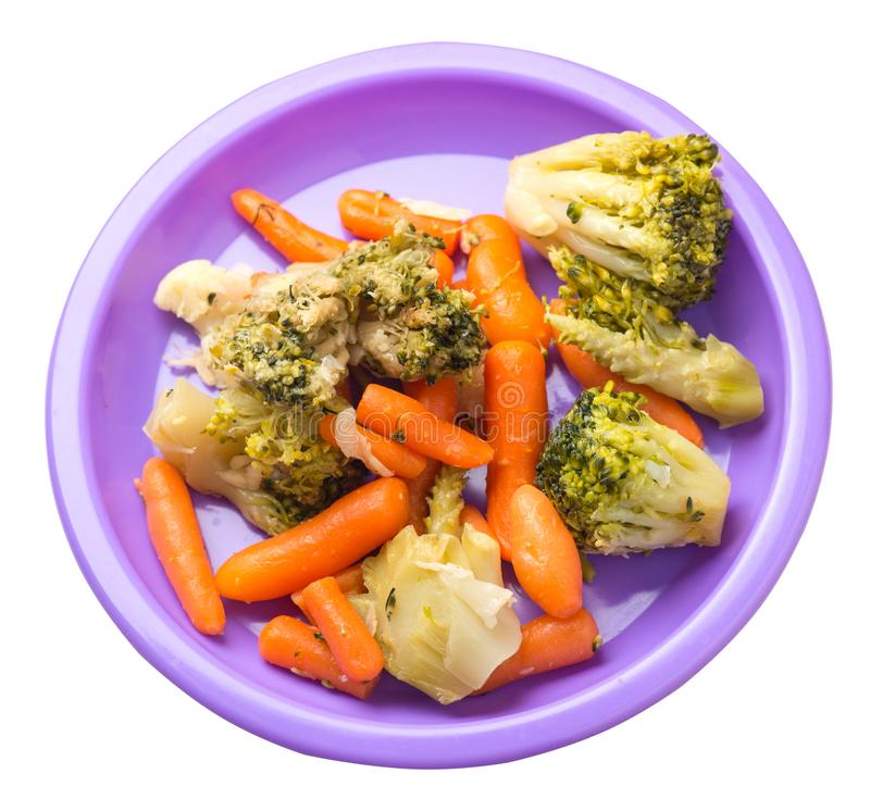 Provencal grönsaker på en platta grillade grönsaker på en platta som isoleras på vit bakgrund broccoli och morötter på en plattaö royaltyfri bild