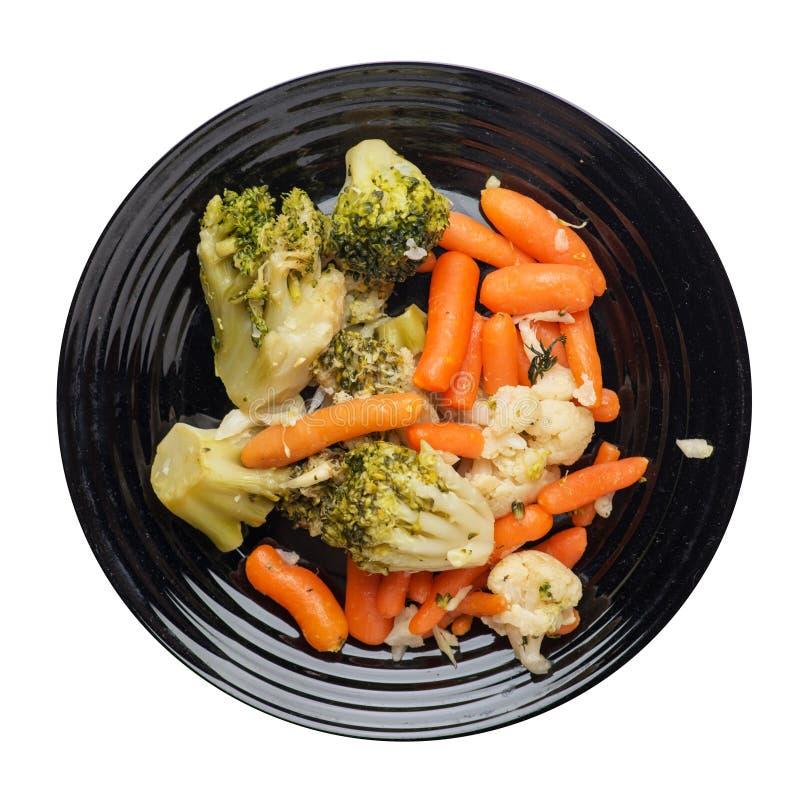 Provencal grönsaker på en platta grillade grönsaker på en platta som isoleras på vit bakgrund broccoli och morötter på en plattaö arkivfoton