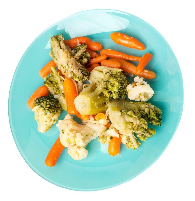Provencal grönsaker på en platta grillade grönsaker på en platta som isoleras på vit bakgrund broccoli och morötter på en plattaö royaltyfri foto