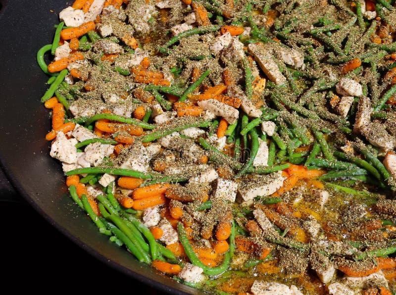 Provencal kryddor för grönsaker och höna i en stor panna royaltyfri fotografi