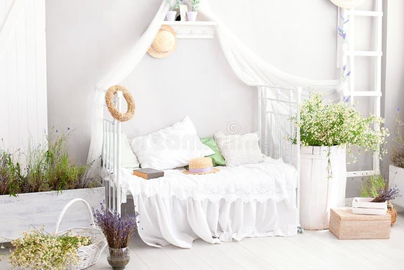 Provence lantlig stil, lavendel! vitt sovrum för land med trägolvet i retro stil Den sjaskiga chic inre i bevisar flickaktigt arkivfoto