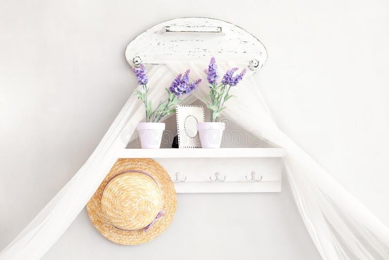 Provence lantlig stil Sjaskig stil i Provencal stil By landshus Hyllan för hattar, hushåll förspiller tiden i en försiktiga Fren royaltyfria bilder