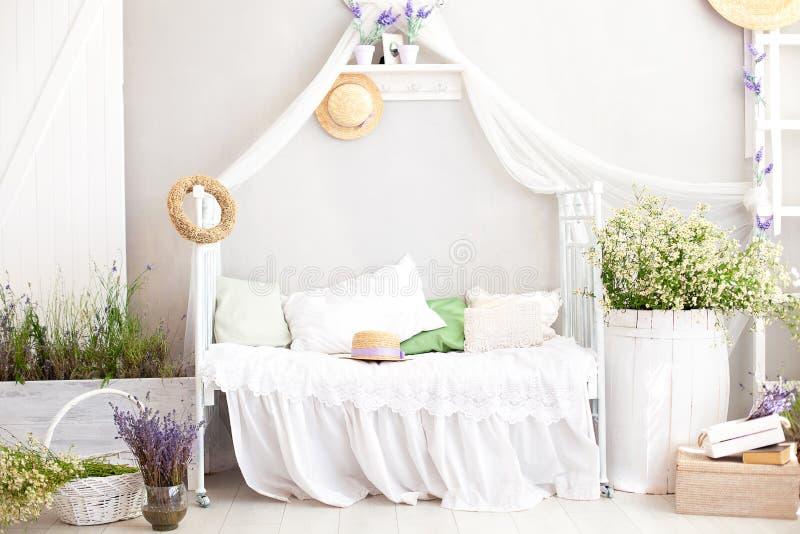 Provence stil, lantlig stil! Inre flickaktigt Provencal-stil för sjaskig stil sovrum Tappningruminre med vit smidesjärn är royaltyfri bild