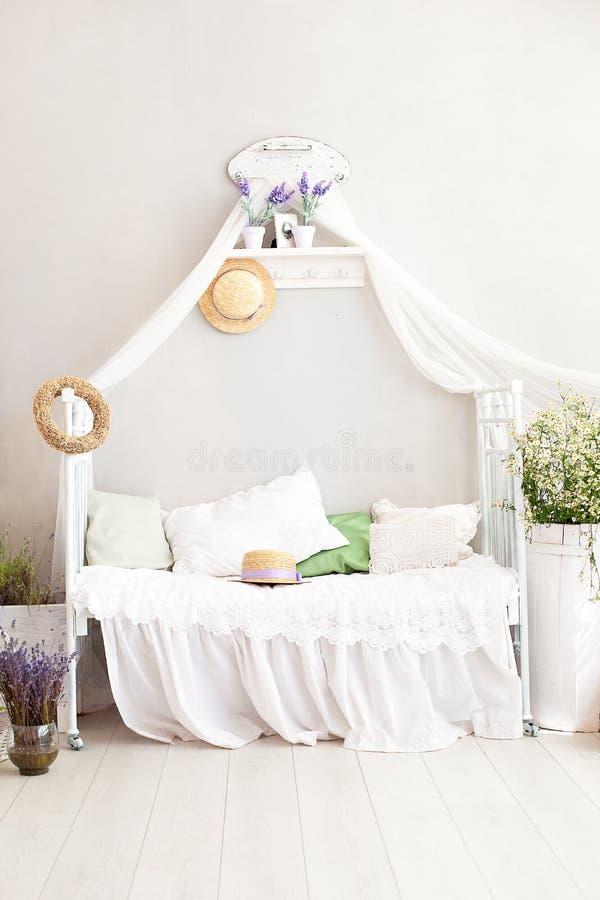 Provence stil, lantlig stil! Inre flickaktigt Provencal-stil för sjaskig stil sovrum Tappningruminre med vit smidesjärn är royaltyfri foto