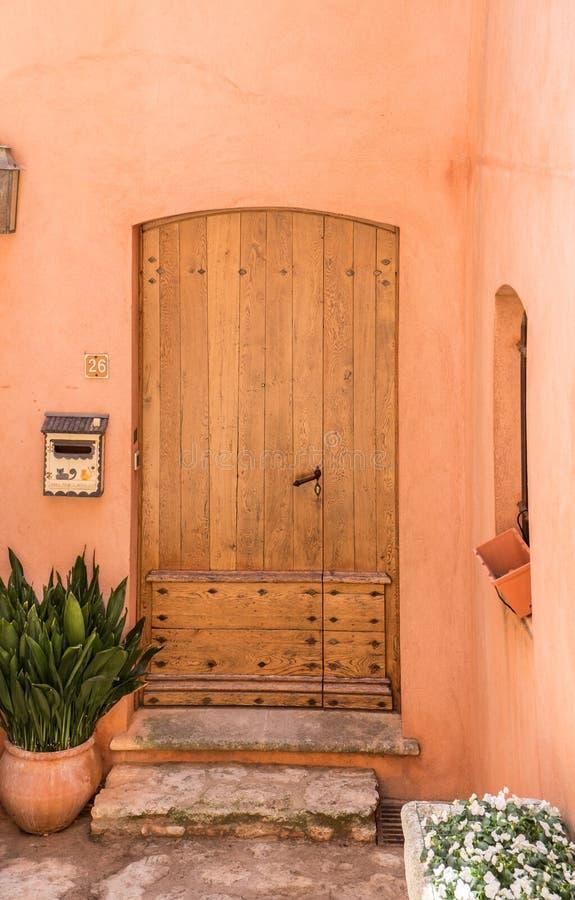 Provence stylowy drewniany drzwi przy Roussillon wioską, Provence obrazy royalty free