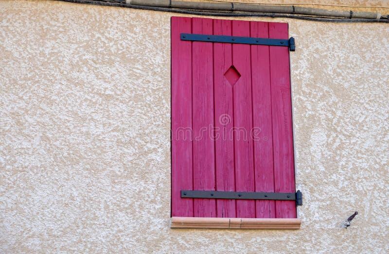 Provence stylu czerwona drewniana nadokienna żaluzja obrazy royalty free