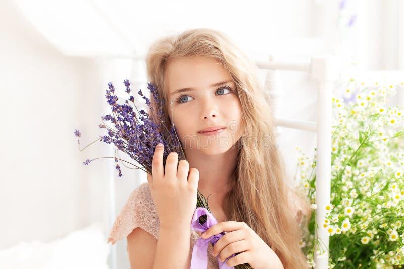 Provence Un ritratto ravvicinato di una cara ragazza bionda che tiene in mano un fragrante bouquet di lavanda in faccia Concetto  immagine stock libera da diritti