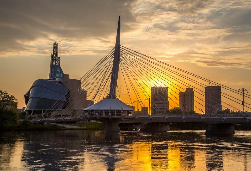 Provencher-Brücke und kanadisches Museum von den Menschenrechten, die Nacht glätten stockbild
