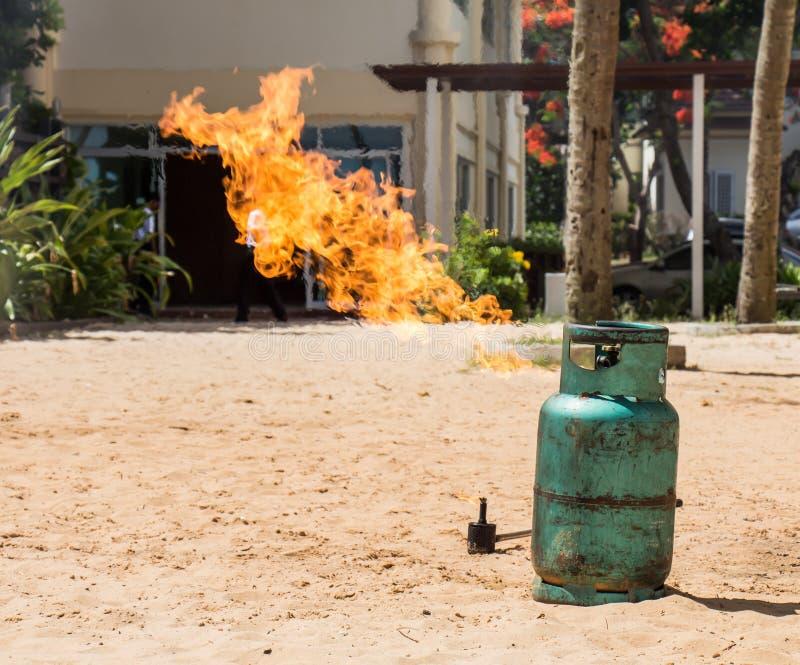 Provet för utbildningsbrandstridighet avfyrar gasbehållaren royaltyfria foton