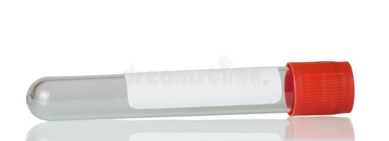 Provetta sterile per la raccolta del sangue per analisi isolata su bianco immagine stock