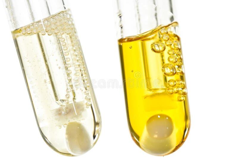 Provette chimiche con liquido organico dentro fotografia stock