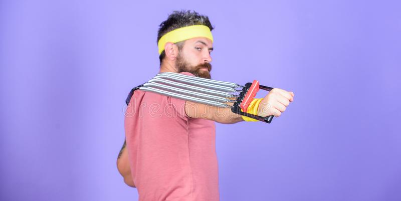 Provi ad allungare l'esercizio Sportivo che si prepara allungando estensore Istruttore di sport dell'atleta Lascia le armi di all fotografie stock