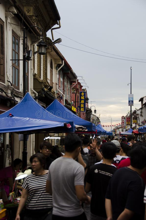 Provi a camminare attraverso il mercato di strada in Malesia fotografie stock