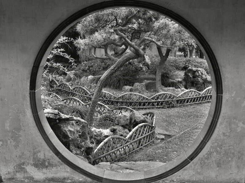 PROVINCE CHINE DE SUZHOU, JIANGSU, MAI 2015 : Porte de lune dans le jardin humble d'administrateur image libre de droits