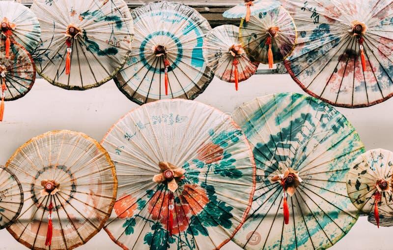 Province de Fuzhou, Fujian, Chine 6 MARS 2019 : Parapluie de papier dans la ruelle de tour à Fuzhou images stock