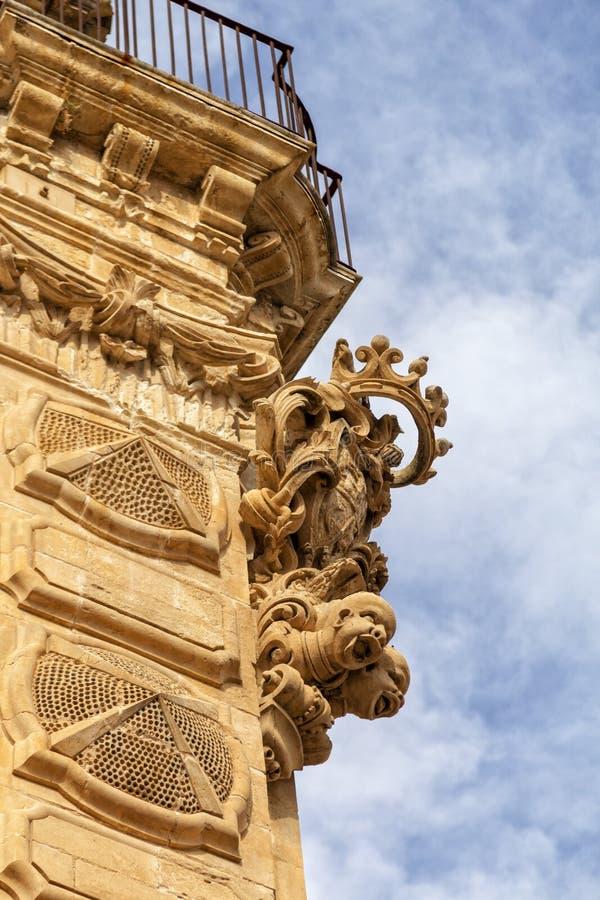Province de l'Italie, de la Sicile, du Scicli Raguse, statues ornementales du palais baroque de Beneventano et et le manteau des  images stock