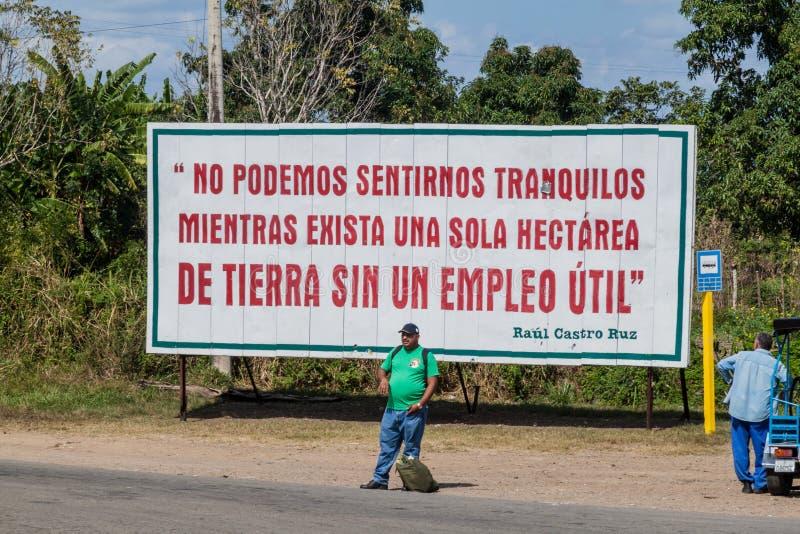 PROVINCE DE SANTA CLARA, CUBA - 12 FÉVRIER 2016 : Affiche cubaine de propagande Il indique : Nous ne devons pas nous reposer tand images stock