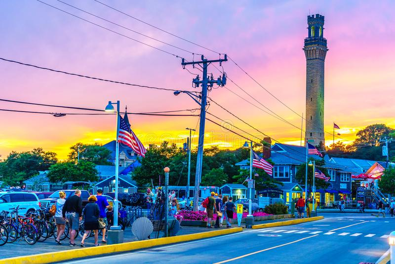 Provincetown, MA,美国- 2017年8月12日:在日落期间,骑自行车,香客纪念碑在Provincetown小游艇船坞 库存图片