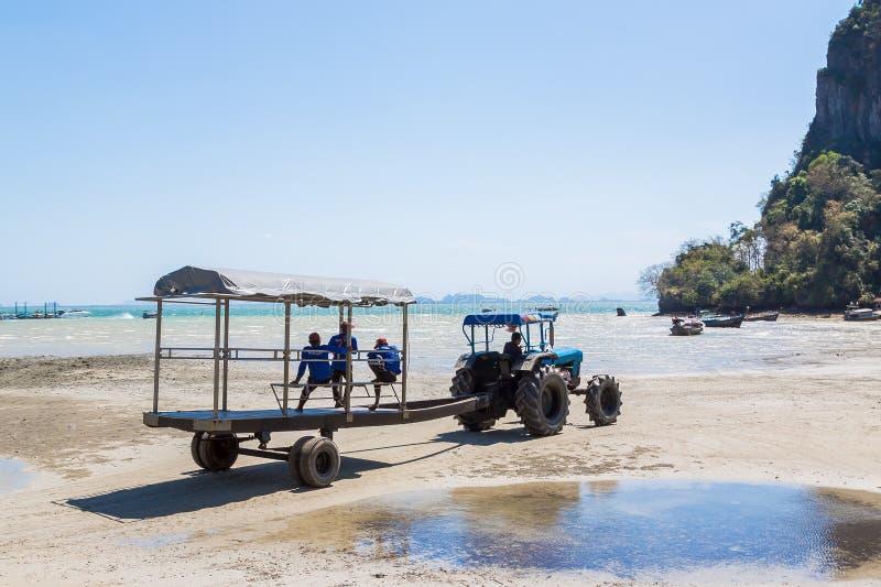 Provincia de Krabi, Tailandia - 12 de mayo de 2019: Un tractor especial con un remolque del pasajero entrega turistas y el equipa fotos de archivo libres de regalías