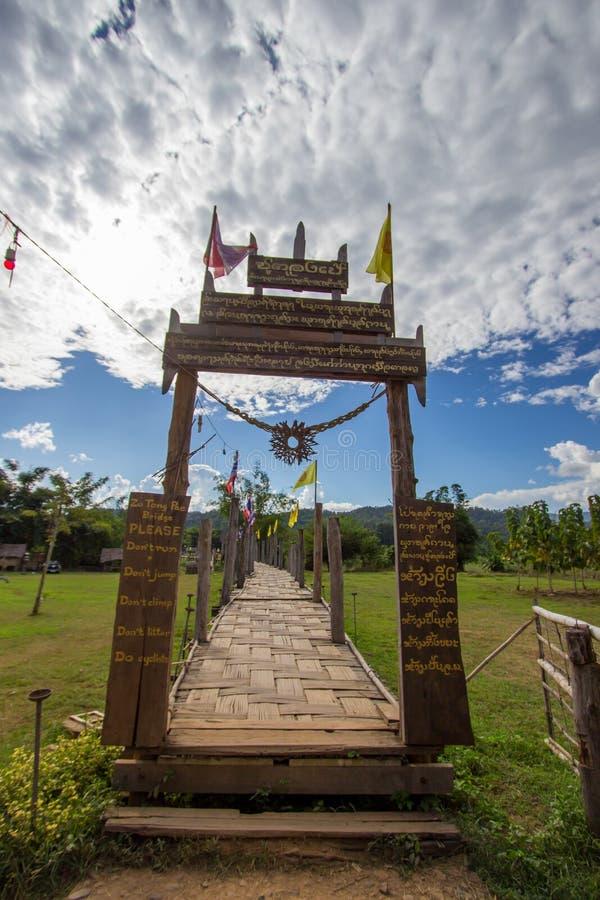 Provincia de Mae Hong Son, Tailandia septentrional en noviembre 19,2017: El Su Tong Pae Bridge, el puente de bambú de la fe a tra foto de archivo libre de regalías