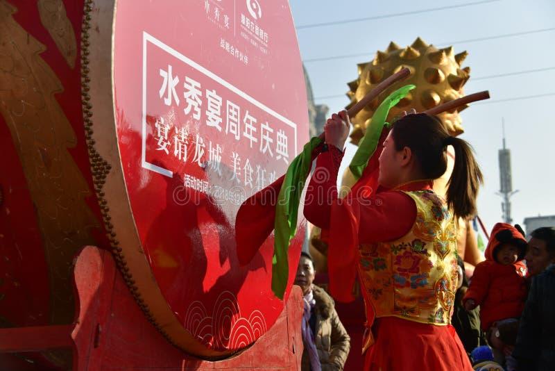 Provincia de Puyang, Henan, China: El funcionamiento del 'tambor de la batalla 'por los gongos de las mujeres y los tambores comb foto de archivo libre de regalías