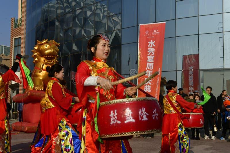 Provincia de Puyang, Henan, China: El funcionamiento del 'tambor de la batalla 'por los gongos de las mujeres y los tambores comb fotos de archivo libres de regalías