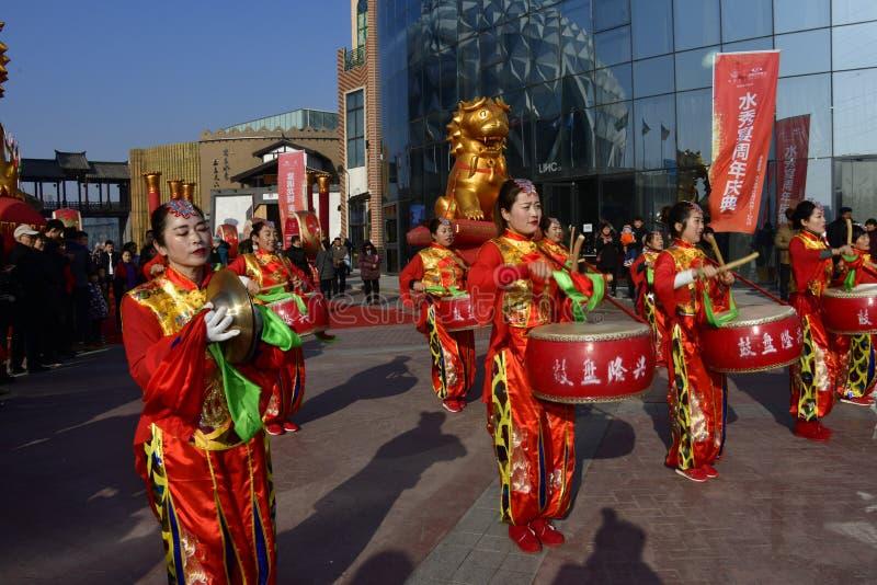 Provincia de Puyang, Henan, China: El funcionamiento del 'tambor de la batalla 'por los gongos de las mujeres y los tambores comb imagen de archivo libre de regalías