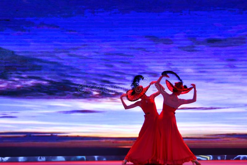 Provincia de Puyang, Henan, China: El funcionamiento del 'tambor de la batalla 'por los gongos de las mujeres y los tambores comb imágenes de archivo libres de regalías