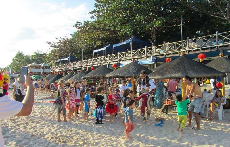 Provincia della Cina, Hainan, spiaggia di Dadonghai 20 gennaio 2018 la festa dei bambini immagine stock