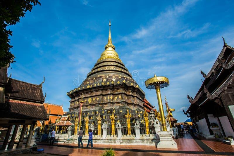 Provincia di lampang dorata del lampangluang del wat della pagoda Tailandia immagini stock libere da diritti