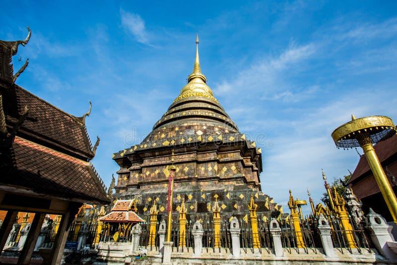 Provincia di lampang dorata del lampangluang del wat della pagoda Tailandia fotografia stock