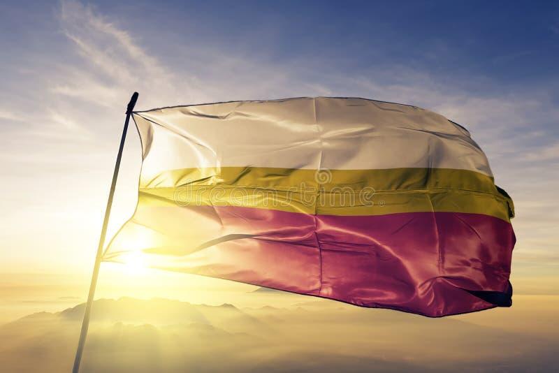 Provincia di Lesser Poland Voivodeship del tessuto del panno del tessuto della bandiera della Polonia che ondeggia sulla nebbia s illustrazione di stock