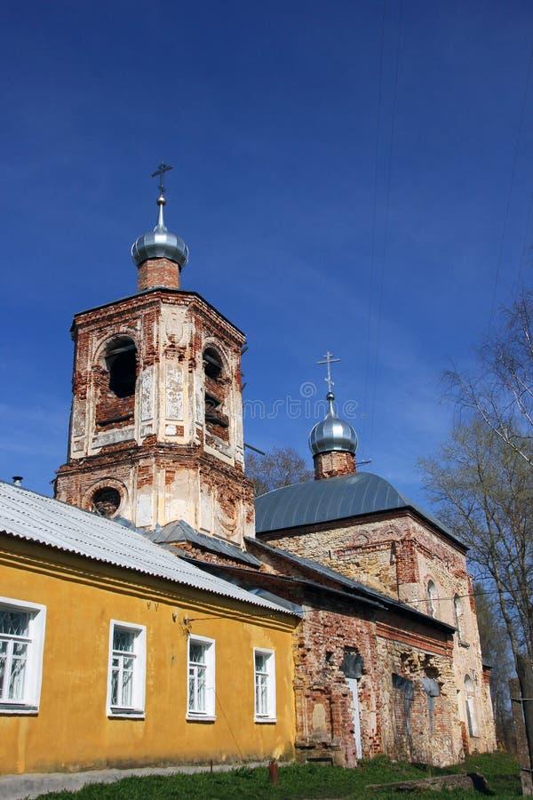 Provinciale oude verlaten geruïneerde Russische orthodoxe kerk in c stock foto's