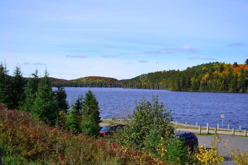 Provinsiell Algonquin parkerar, Ontario, Kanada Härligt nedgånglandskap med sjön och berg arkivbild