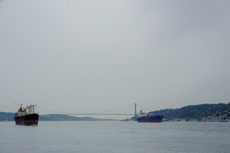Provinz Istanbuls, Istanbul/die Türkei: Am 19. April 2016: große Fracht und Containerschiffe, die vom Mittelmeer in überschreiten lizenzfreie stockfotografie