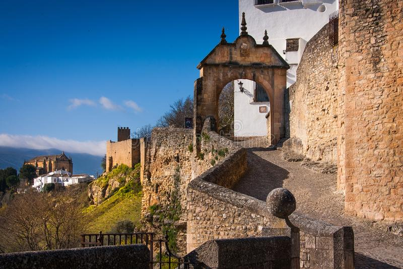 Provinz Rondas, Màlaga, Andalusien, Spanien - Bogen von Felipe V mit alter arabischer Brücke lizenzfreie stockfotografie