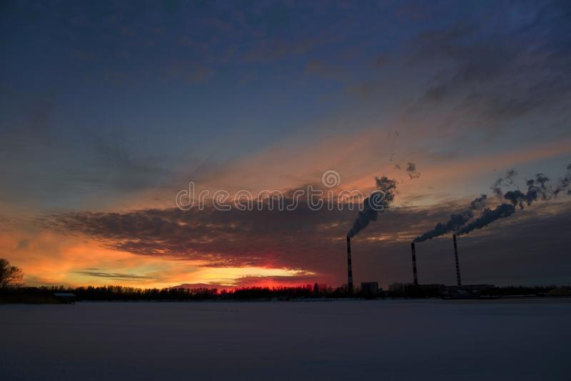 Provinzielle Stadt des Frühlingssonnenuntergangs in Russland lizenzfreies stockbild