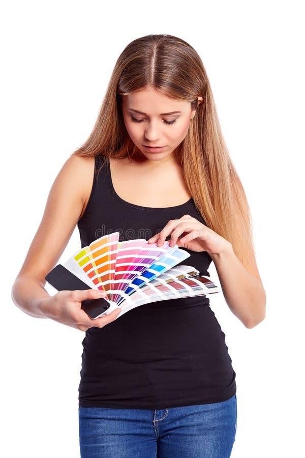 Provkarta för ung flickainnehavfärg arkivfoto