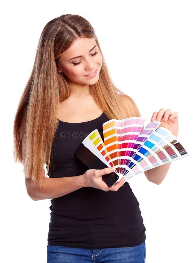 Provkarta för ung flickainnehavfärg royaltyfria foton