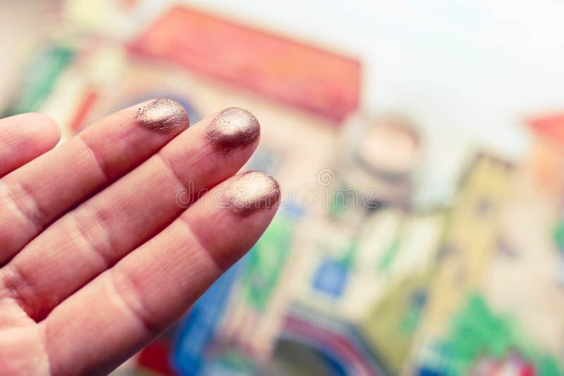 Provkartor för ögonskugga på kvinnliga fingrar med härlig färgrik bakgrund Dekorativt sk?nhetsmedelbegrepp arkivbild
