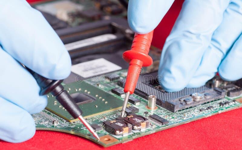 Provning för bräde för utskrivaven strömkrets i närbild för reparationsservice royaltyfria foton