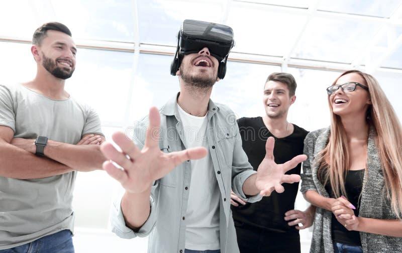 Provningsnya tekniker Attraktiv ung kvinna i VR-hörlurar med mikrofonG royaltyfria foton