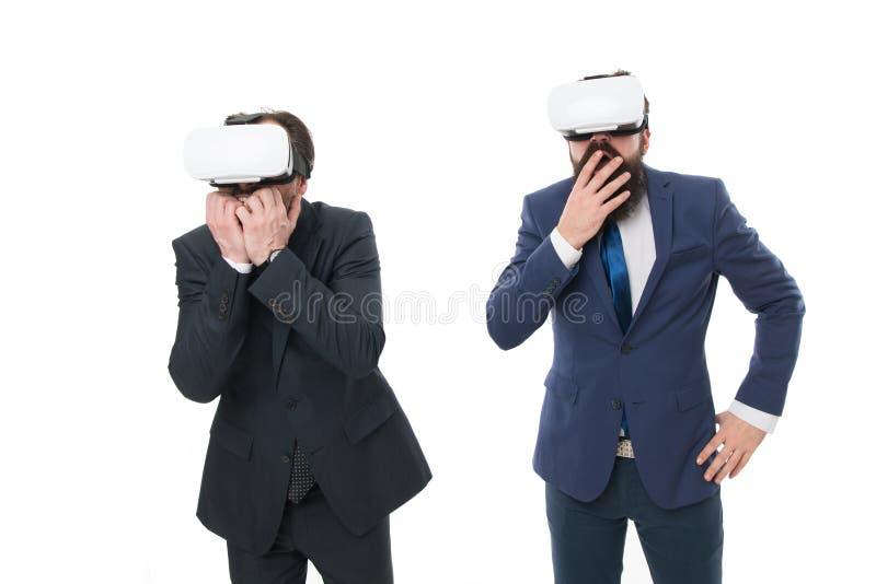 Provningsnya tekniker modern teknologi i lättrörlig affär affärsmän bär VR-exponeringsglas mogna män med skägget in arkivfoto