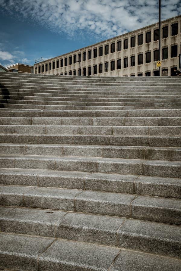 Provvedimenti concreti che portano ad una vecchia costruzione concreta fotografia stock libera da diritti