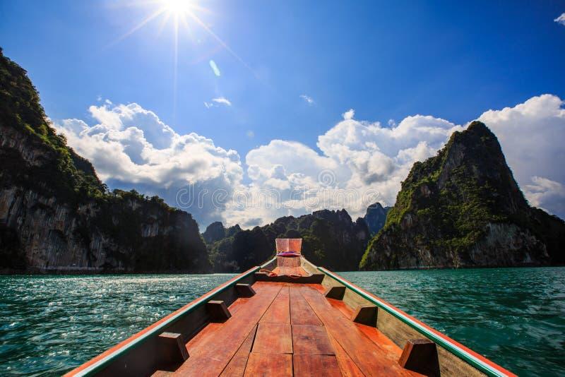 Prow łódź w Cheow Lan tamie obrazy stock