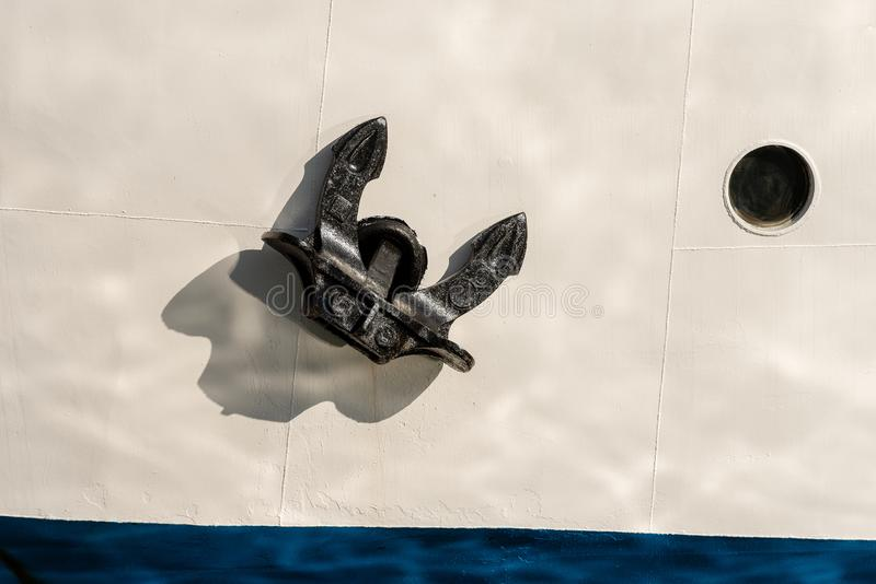 Prow корабля с анкером и иллюминатором стоковое изображение