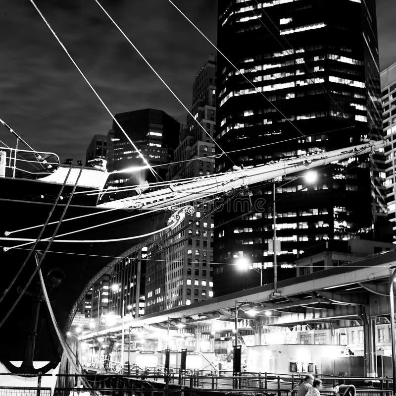 Prow della nave di navigazione & orizzonte di New York immagine stock